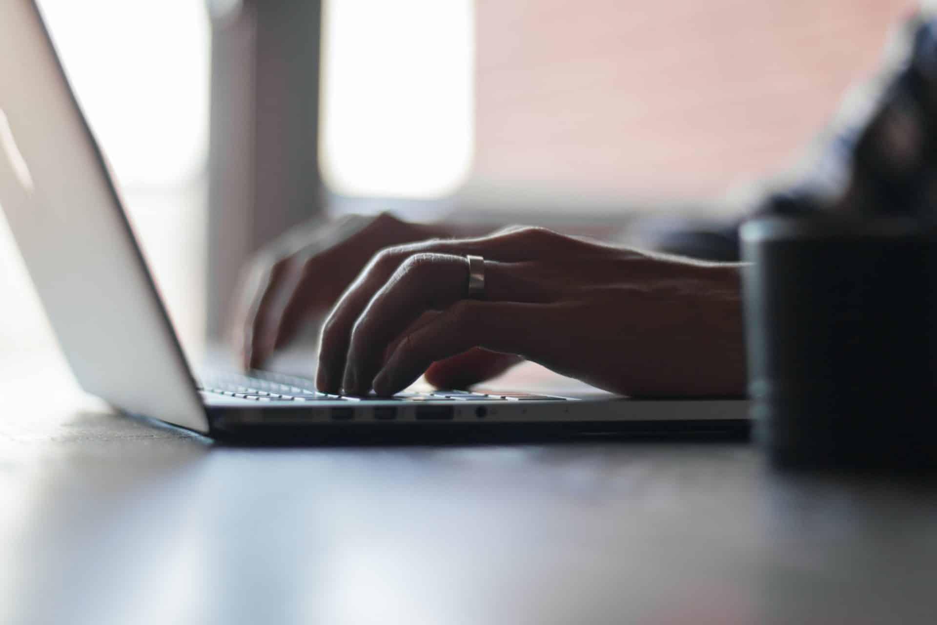 Person, die auf einem Laptop tippt